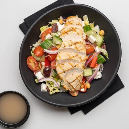 Salade grecque au poulet grillé et pois chiches