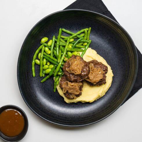 Hamburger steak de bœuf et oignons caramélisés